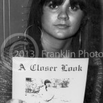 8856 Linda Ronstadt of the Stone Poneys pictured with a copy of A Closer Look magazine. Picture by John Franklin. Photo by Tom Franklin.